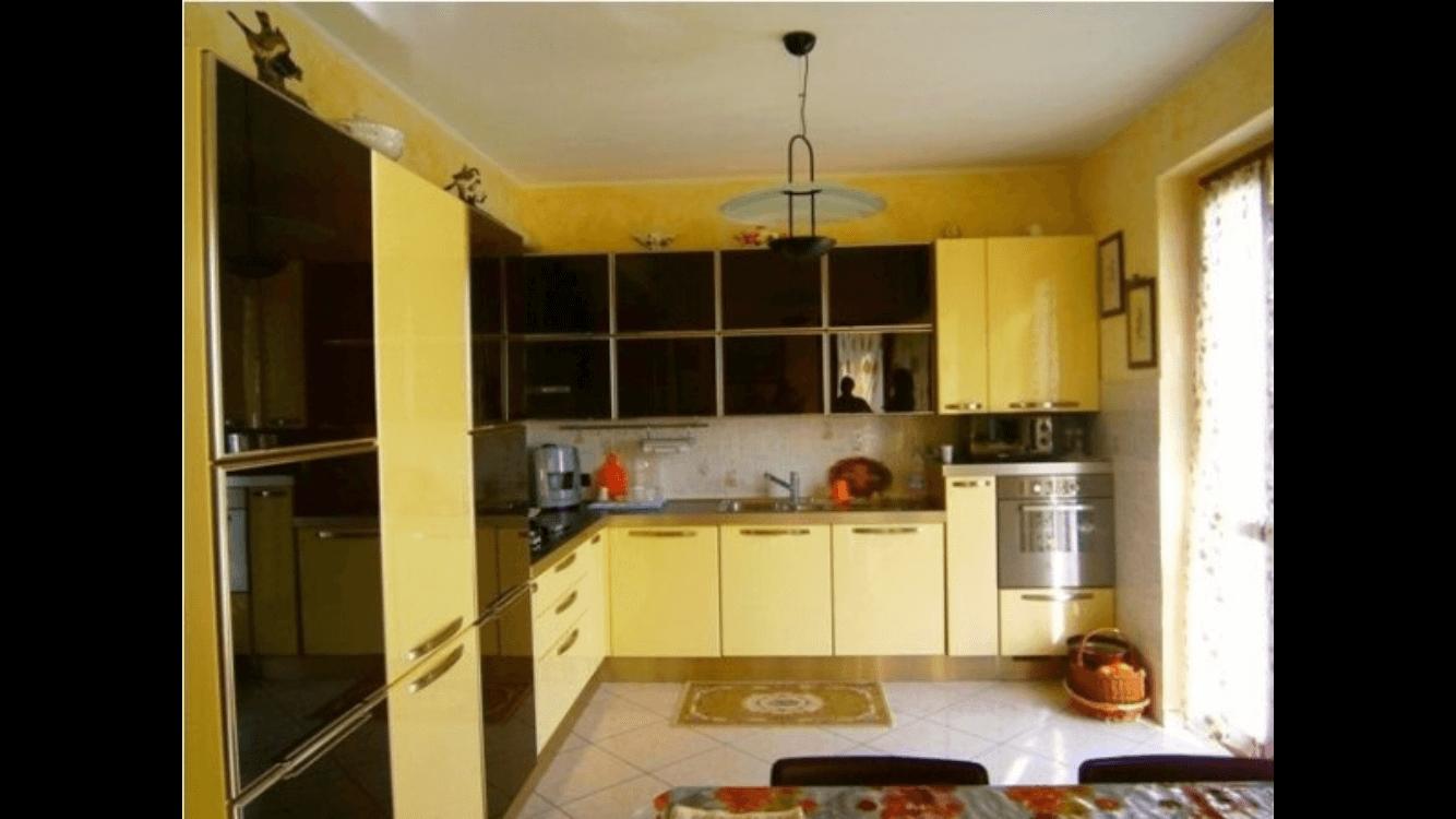 cucina con mobili gialli