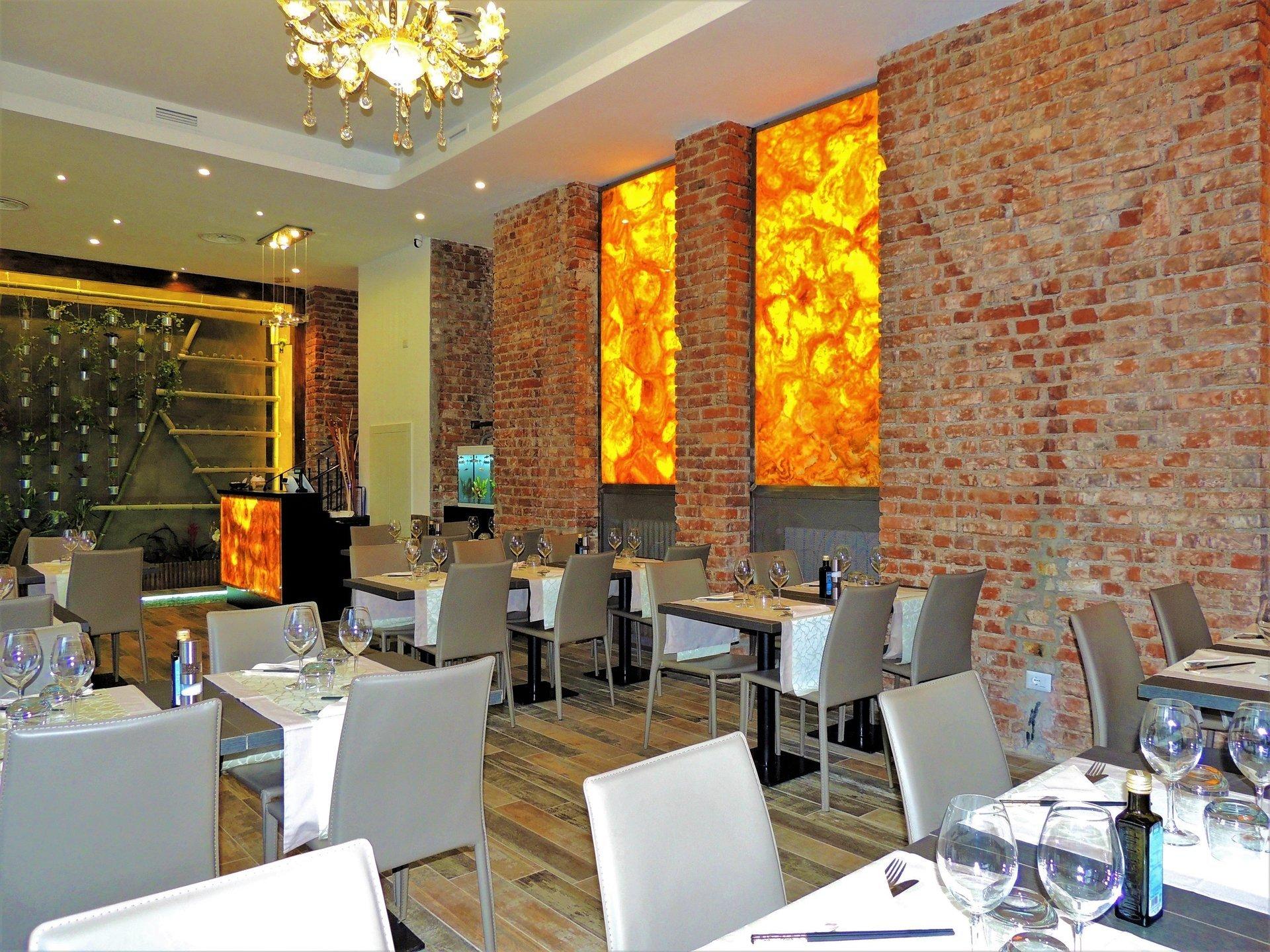 sala con tavoli del ristorante