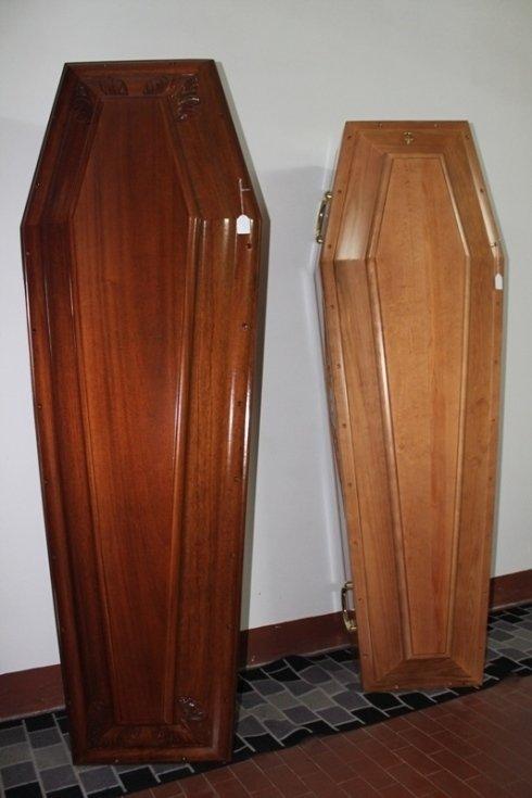 una bara in legno scuro e una in legno chiaro