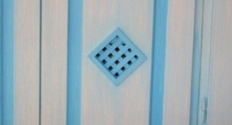 Porta di legno di colore bianco e blu