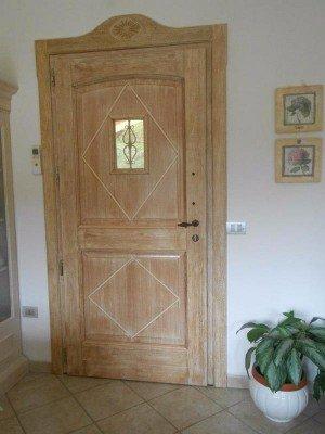 Porta di legno con spioncino e disegno rombo