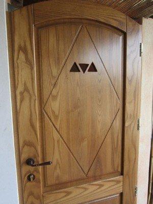 porta decorata in ciliegio