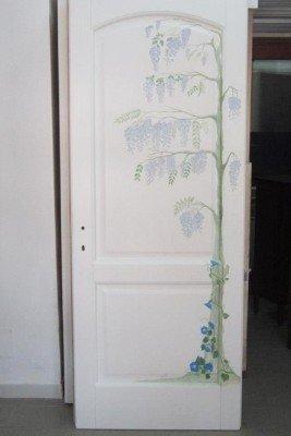 Porta di legno bianca con un lilo dipinto, le lille diffuse delle branche