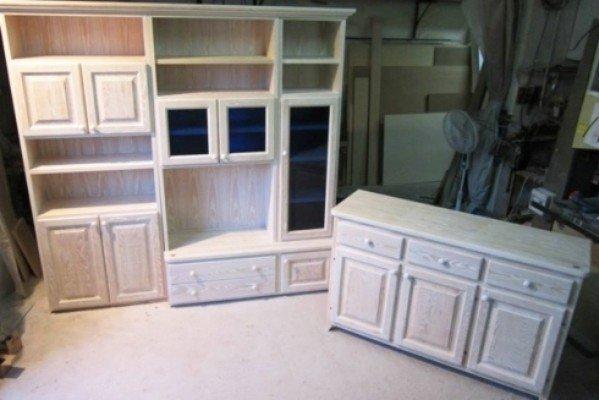 Mobili in legno chiaro di cassetti e armadi compatibili