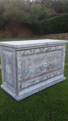 Sarcofago di legno cesellato
