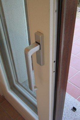 Finestra basculante di PVC e legno