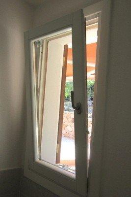 Finestra basculante di PVC bianco