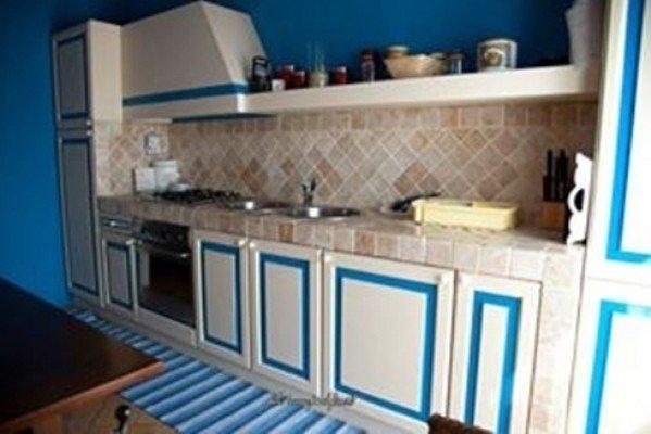 Cucina di piastrelle, i mobili di legno integrati di colore bianco e blu