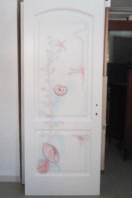 Porta bianca con disegno in toni rose di caracolas,stelle di mare e conchiglie