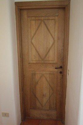 porta decorata in legno massello
