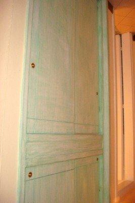Vecchio armadio incassato di legno di colore verdastro