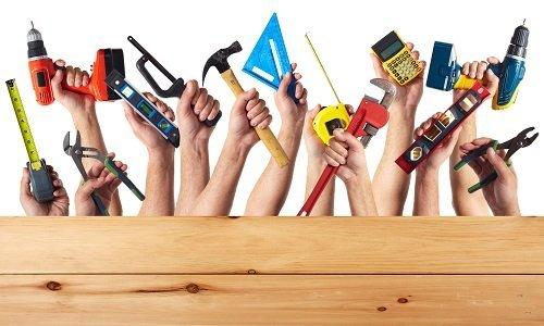 tante mani con strumenti per edilizia
