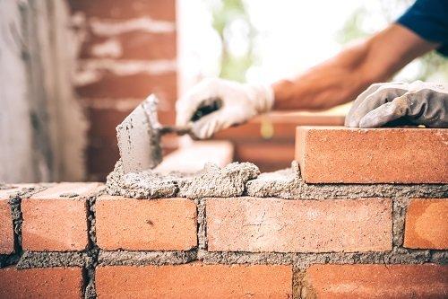 operai realizzano un muro