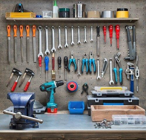 bancone da lavoro con strumenti