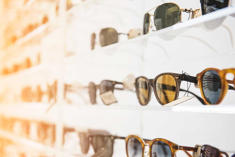 Scaffale di un ottico con esposizione occhiali da sole