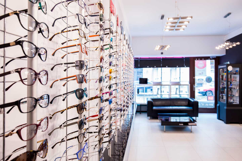 Interno di un negozio di ottica con esposizione di occhiali da sole