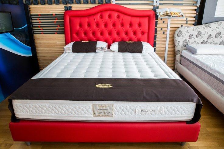 un letto dal materasso in memory foam