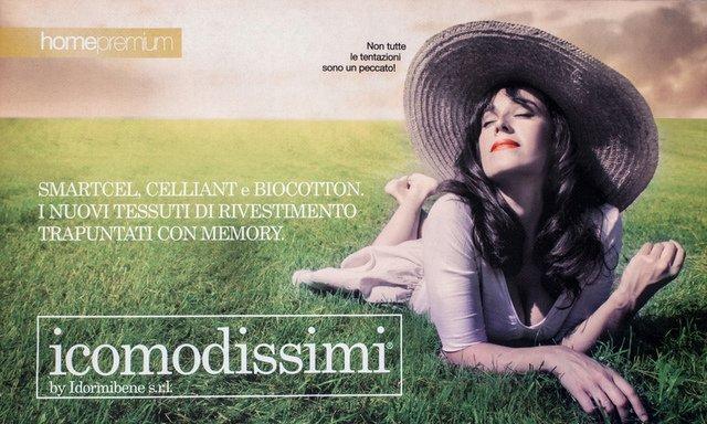 una donna distesa sull'erba – i comodissimi