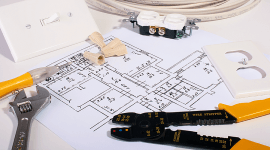 planimetria di appartamento e strumenti per elettricista