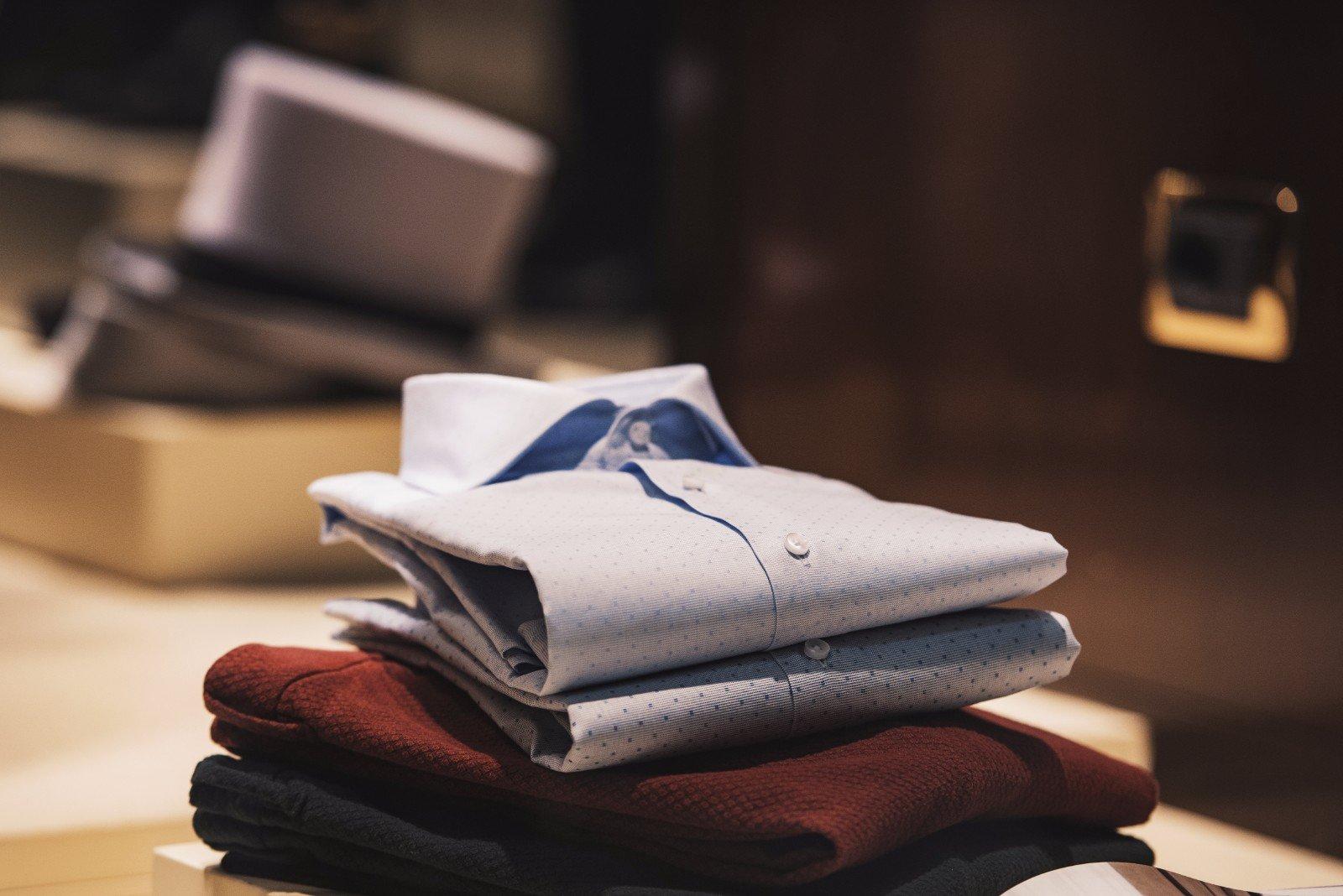 Due camicie piegati su due pantaloni tutto combinable tra se