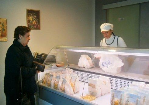 commessa e cliente durante vendita di tortellini
