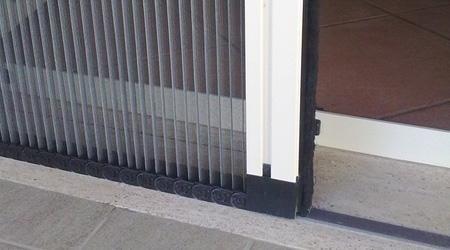 Zanzariere genova ligurtende for Finestra scorrevole verticale
