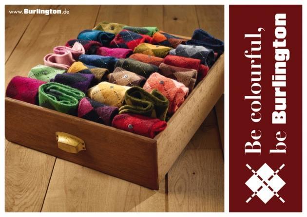 un cassetto con delle calze di vari colori