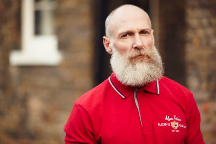 un uomo con una maglietta di color rosso della marca Alan Paine