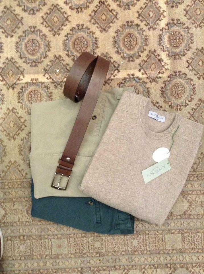 maglia marrone chiaro e due paia di pantaloni