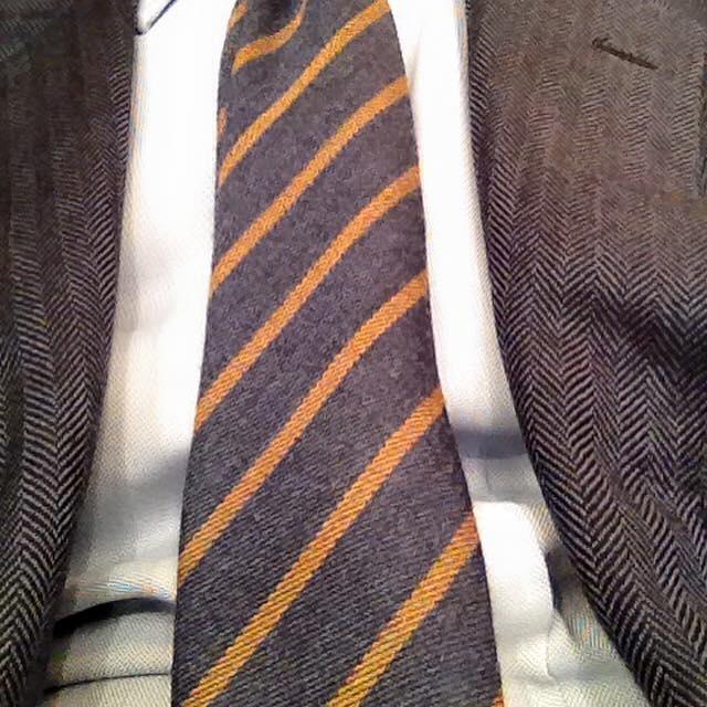 una cravatta a righe