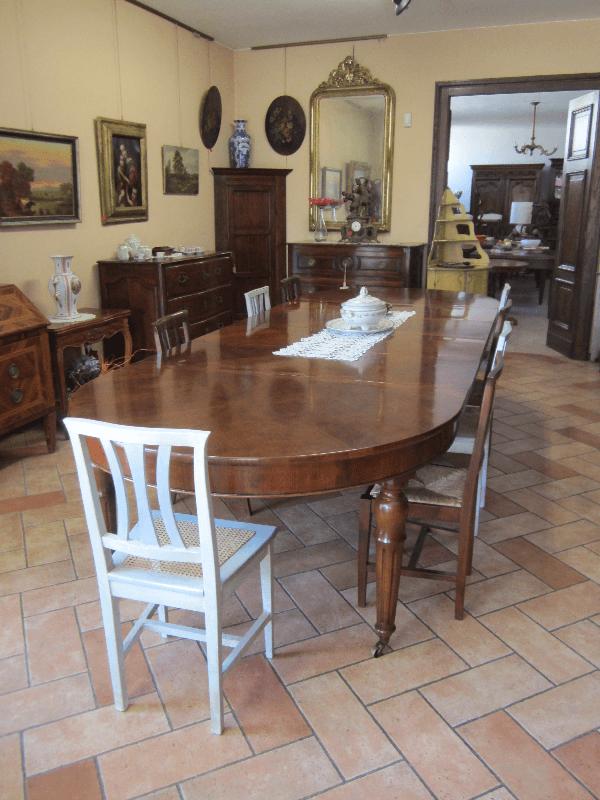 tavolo in legno con sei sedie