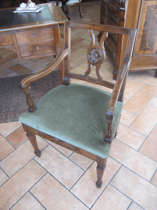 sedia in legno con sedile verde