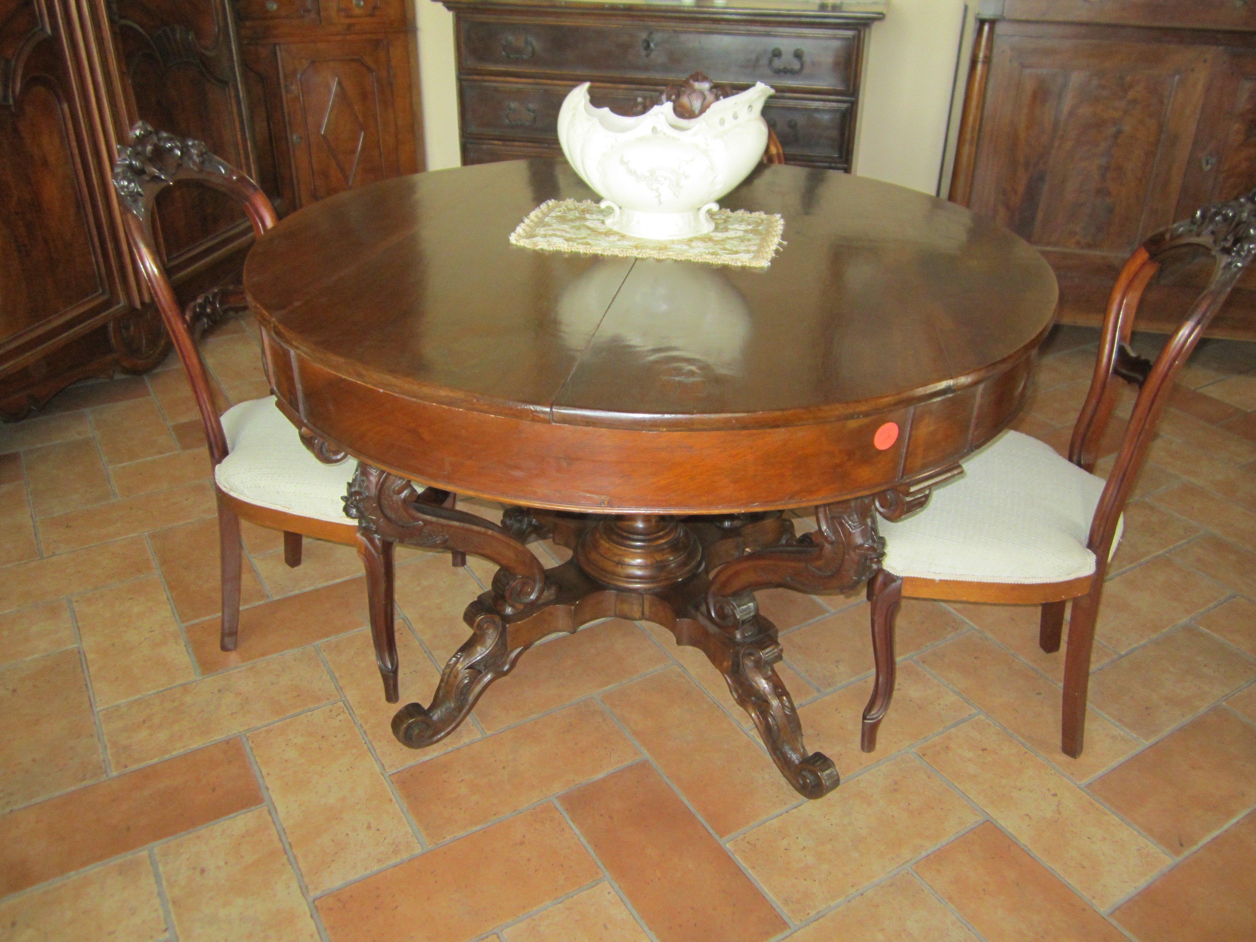 tavolo rotondo in legno con sopra un soprammobile