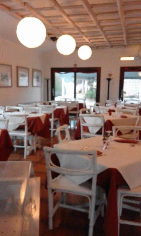 sala con tavoli bianchi