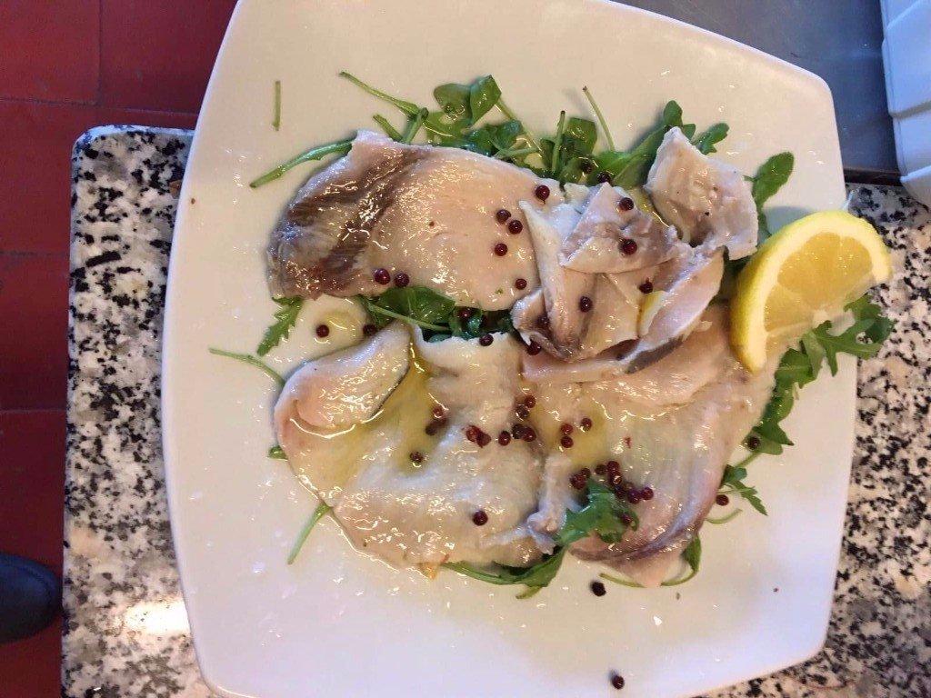 piatto di pesce con limone ed erbe