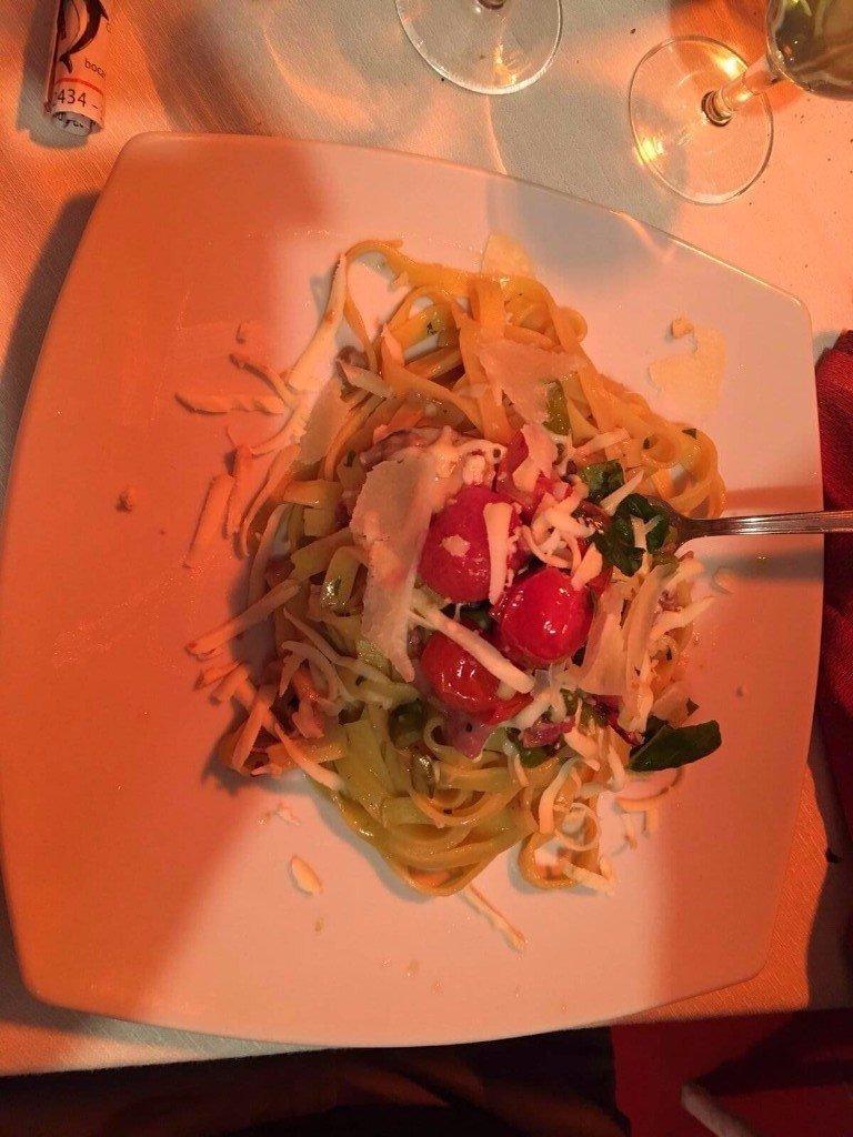 tagliatelle con pomodori e formaggio grattugiato