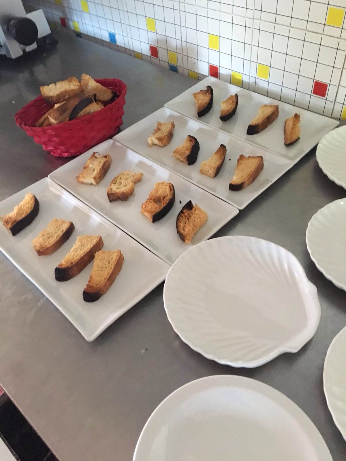 pane abbrustolito su piatti bianchi