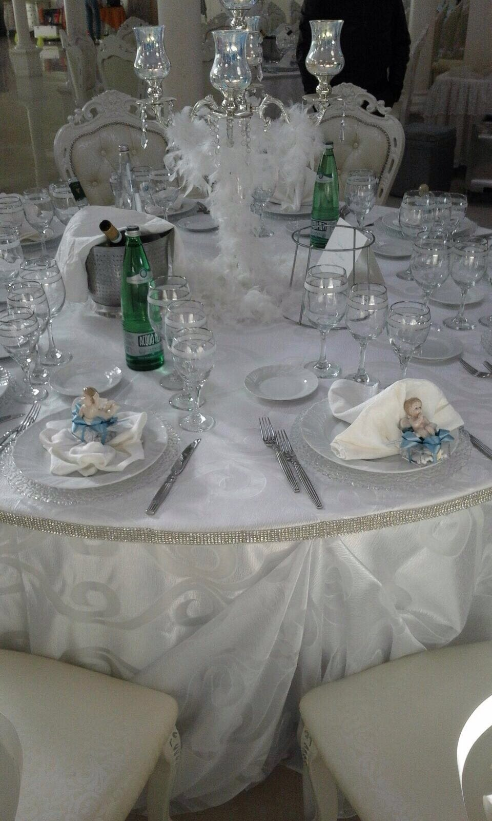 tavolo imbandito per cerimonie
