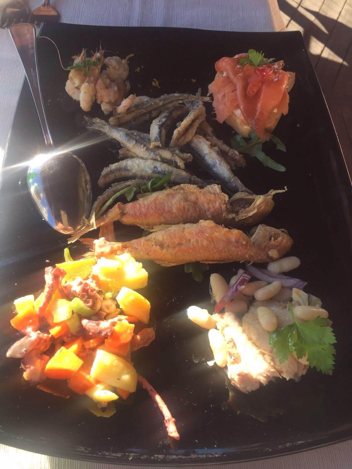 frittura di pesce, patate e composizioni con pane