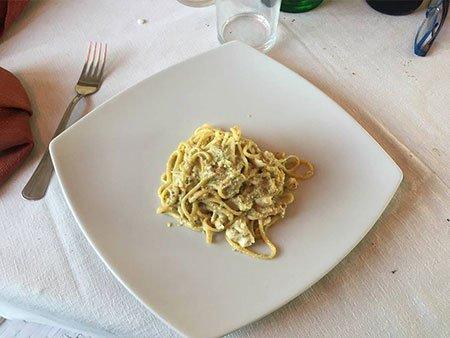 un piatto di spaghetti al formaggio