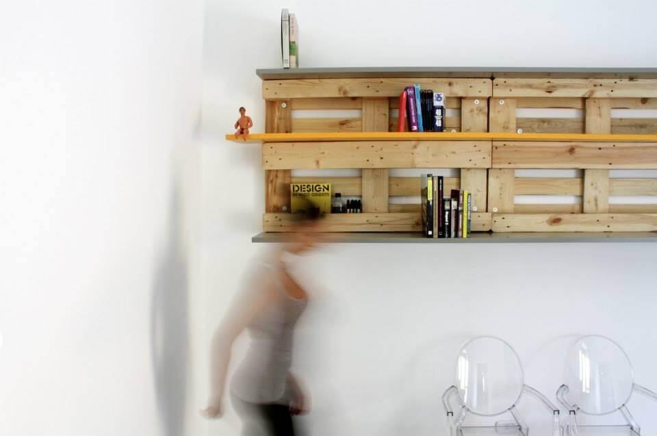 libreria appesa al muro