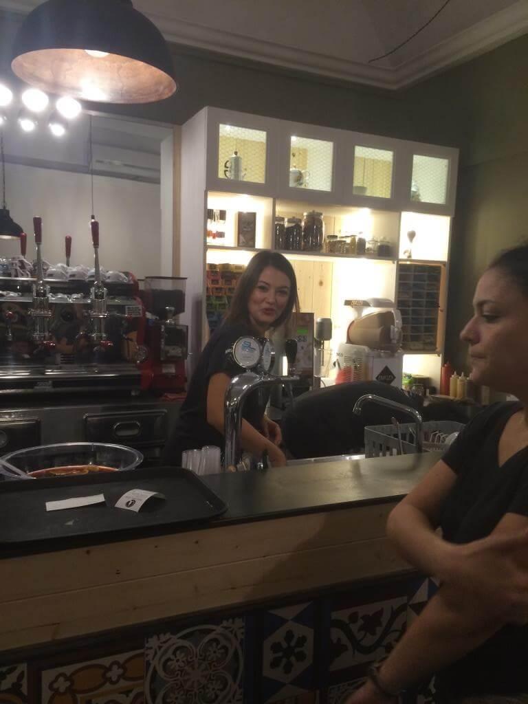 cameriera dietro il bancone del bar