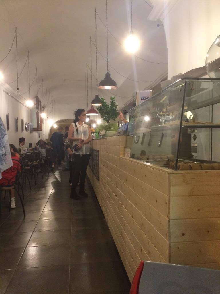 bar con bancone in legno e vetrina espositiva