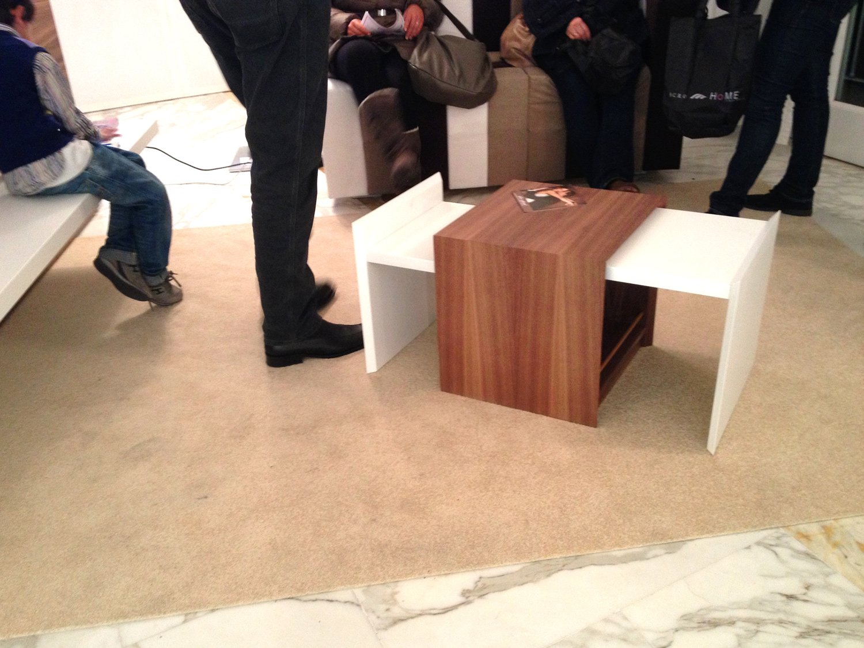 mobile in legno con cassetti ambo i lati e ante bianche