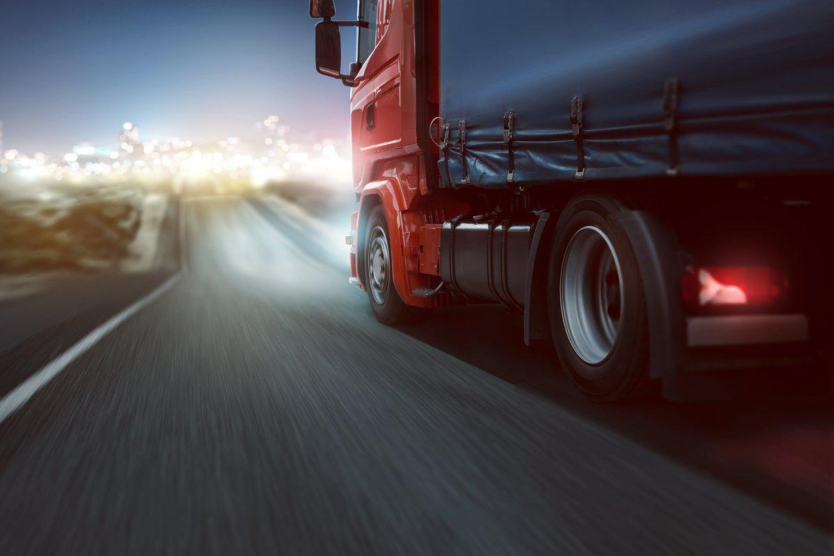 vista laterale di un camion durante l'alta velocità sulla strada