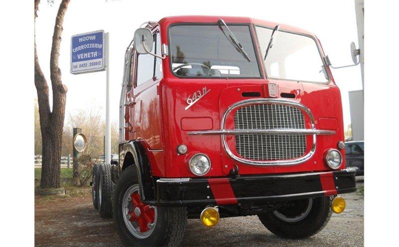 vista frontale di un camion Fiat rosso