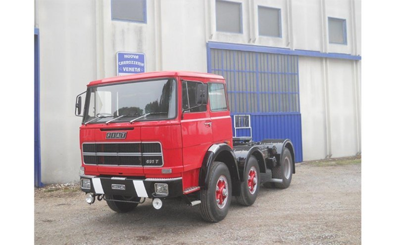 camion Fiat rosso