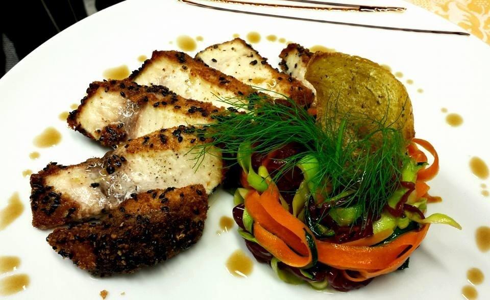 Il trancio di pesce spada al sesamo con verdure julienne
