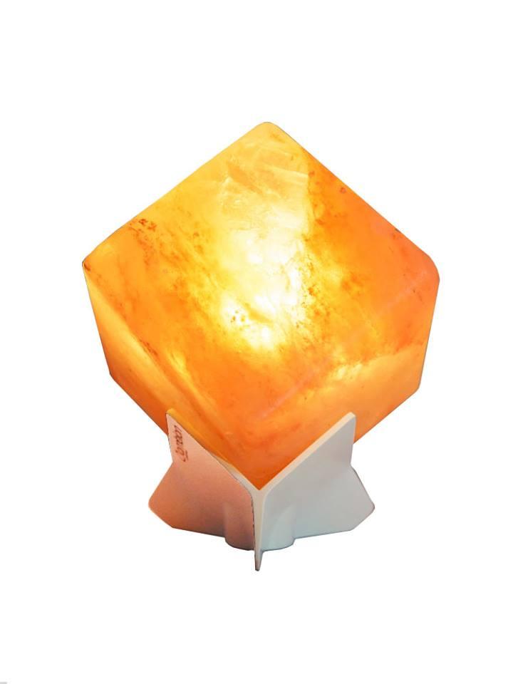 lampada di sale illuminata su un piedistallo