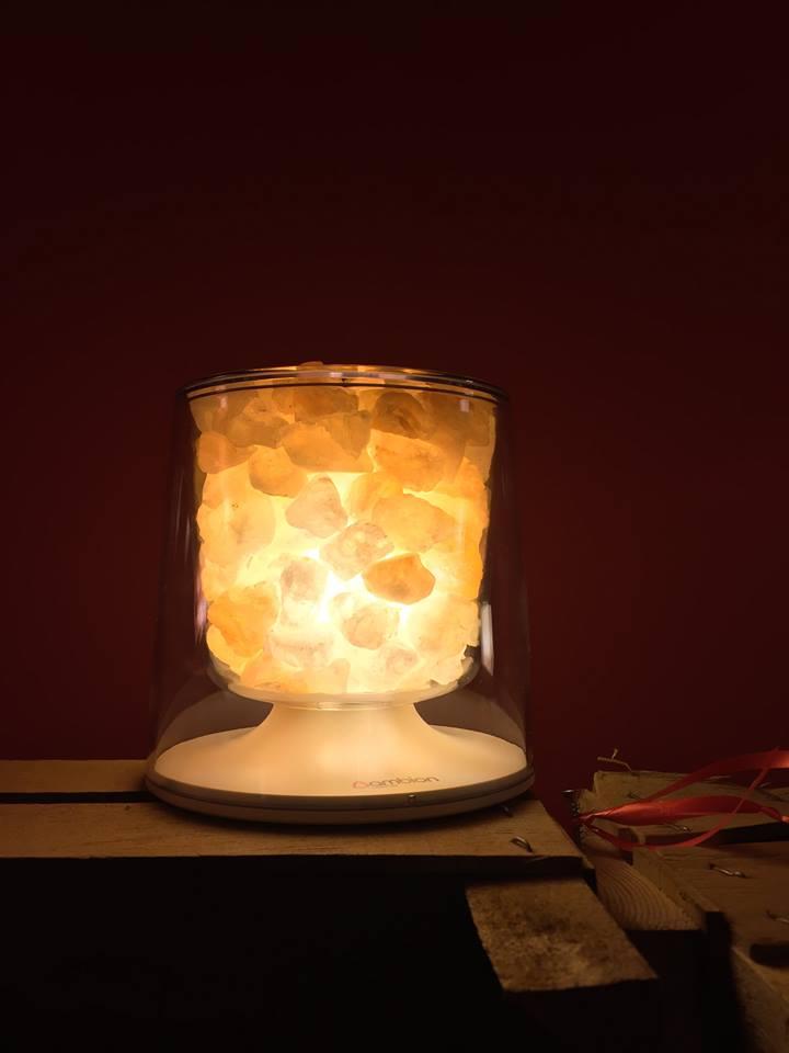 pietre illuminate dentro un vaso